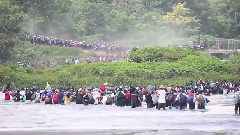 'Torrente' de migrantes cruza río en frontera de Guatemala y México y avanza hacia EE.UU. (VIDEO)