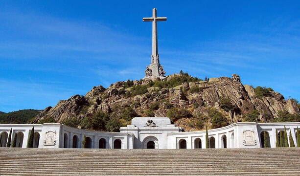 La vicepresidenta ni siquiera ha logrado asegurar que no destruirán la cruz del Valle de los Caídos