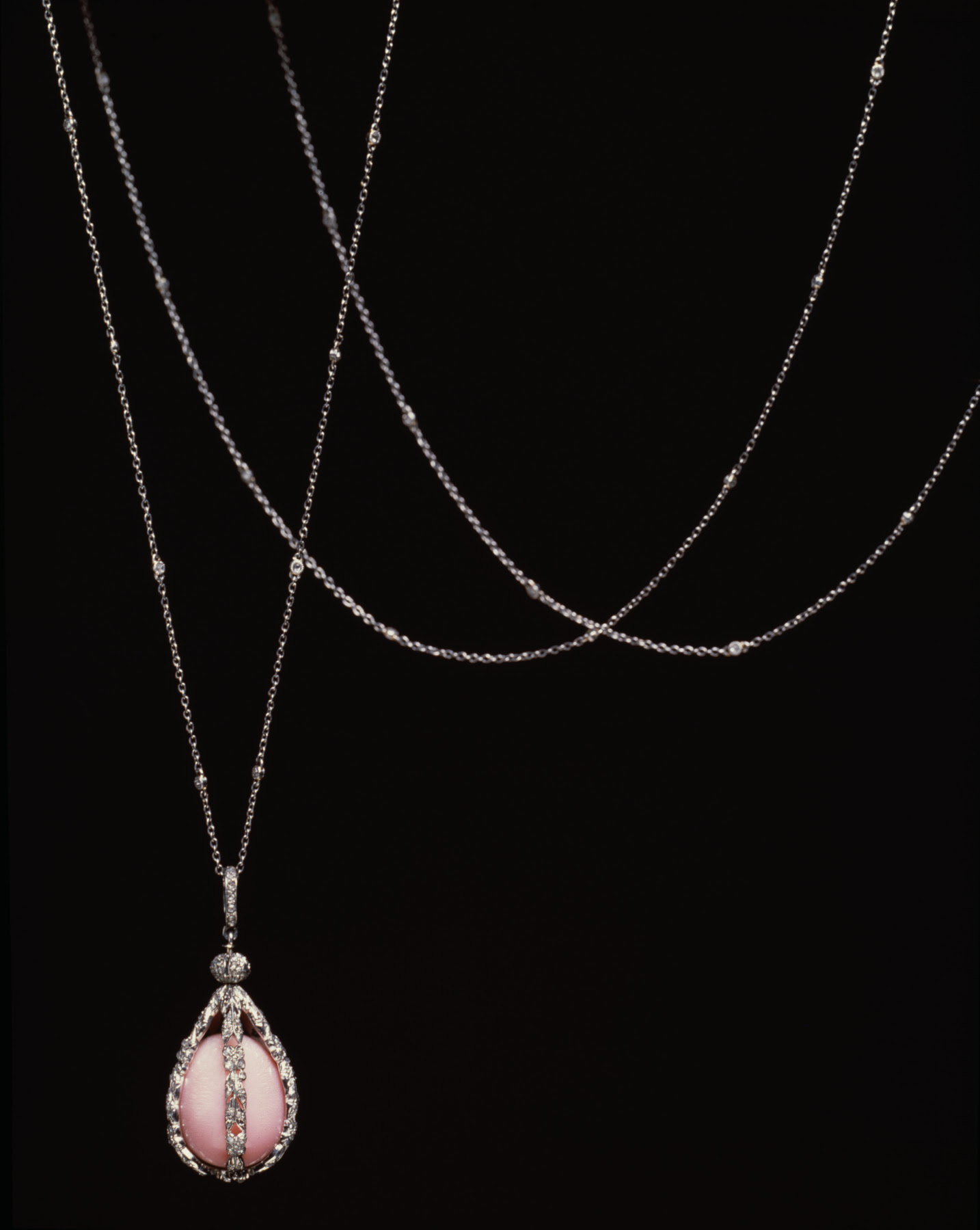 https://upload.wikimedia.org/wikipedia/commons/0/0c/Tiffany_and_Company_-_Sautoir_with_Pearl_Pendant_-_Walters_572034.jpg