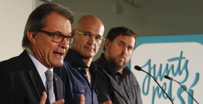 """De izquierda a derecha, el presidente de la Generalitat y candidato numero 4 por """"Junts pel Sí"""", Artur Mas; el cabeza de lista de la formación, Raül Romeva; y el candidato numero 5 y líder de ERC, Oriol Junqueras. EFE/Quique García"""