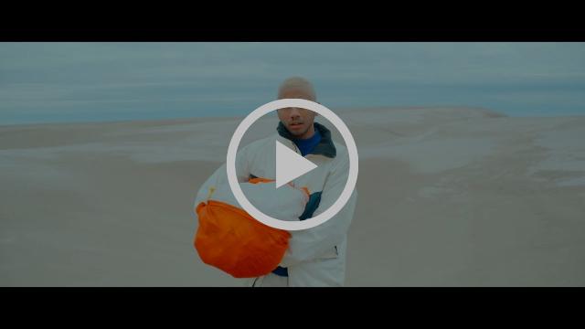 Entra a los sueños de Toro y Moi en el video de «50-50 (feat. Instupendo)»