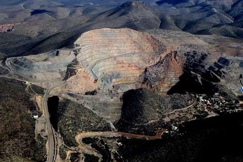 Las actividades de la Minera San Xavier y la negligencia de las autoridades estatales hicieron desaparecer el emblemático cerro de San Pedro en San Luis Potosí. Ahora se pretende hacer lo mismo con la Sierra San Miguelito, acusa el Frente Amplio Opositor.