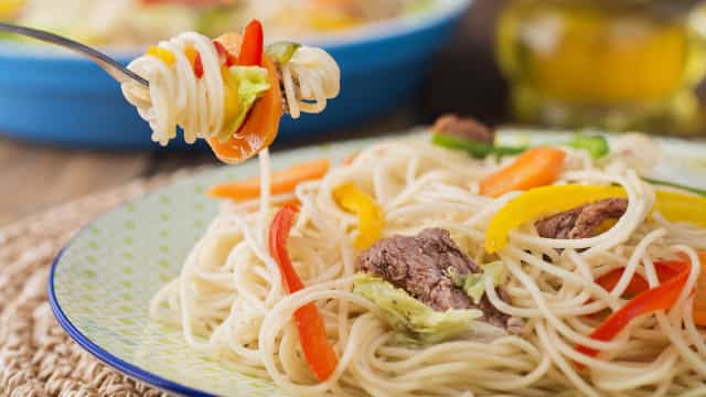 Fácil e rápido: Espaguete com Carne e Legumes