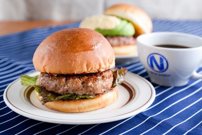 『NICKバーガー』お好きなドリンク+100円(税別)。 熟成牛を練りこんだパテを使用した肉汁溢れる本格派。