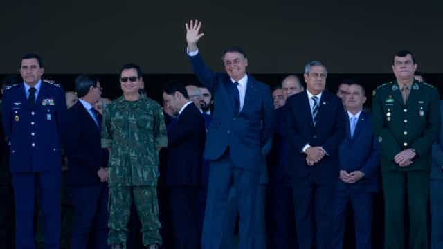 Desfile de tanques expõe isolamento de Bolsonaro