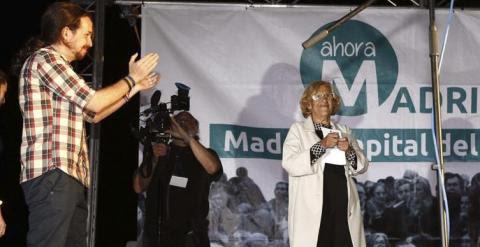 El dirigente de Podemos Pablo Iglesias festeja en Madrid la victoria de Manuela Carmena (d), candidata a la alcaldía por Ahora Madrid. EFE/Alberto Martin