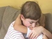 Abraço de irmãos que lutam contra cancro emociona a Internet