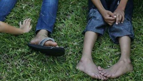 Niños indocumentados descansan en la estación migratoria de Tapachula, Chiapas, mientras llega la hora en que serán deportados, antes de continuar su viaje hacia EU. Foto Alfredo Domínguez / Archivo