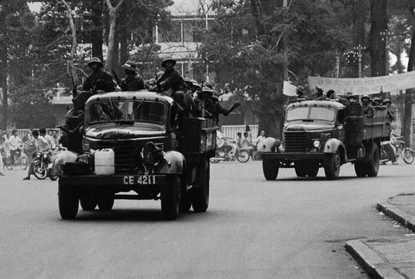 30 Apr 1975, Saigon, South Vietnam --- North Vietnamese Arrive in Saigon --- Image by © Francoise de Mulder/CORBIS