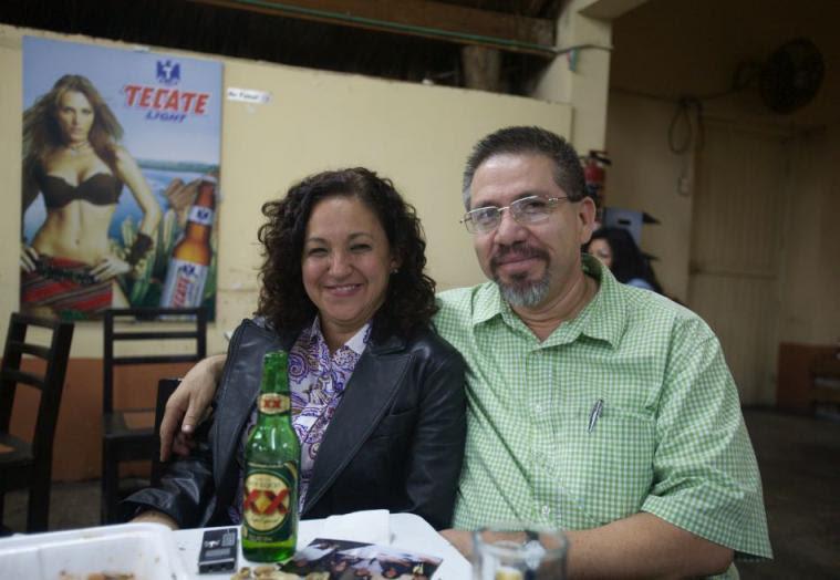 La autora del artículo, Sanjuana Martínez, con Javier Valdez, en Culiacán.