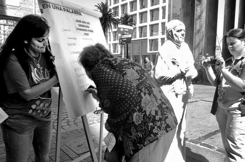Estudiantes y docentes del liceo Nº 31 durante una intervención urbana ayer en la peatonal Sarandí de Montevideo, en el marco del 67º aniversario de la Declaración Universal de los Derechos Humanos . • Foto: Alessandro Maradei