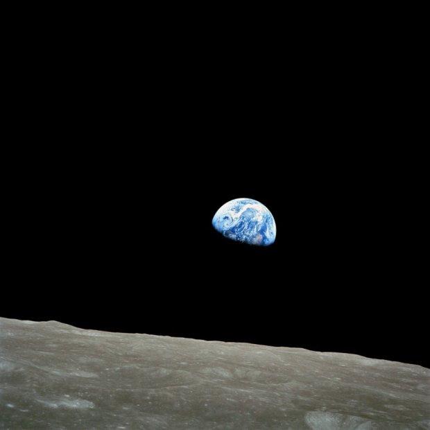ΑΠΟΛΛΩΝ 8-24 Δεκεμβρίου 1968: Ο αστροναύτης Bill Anders ευρισκόμενος στο φεγγάρι, έβγαλε  αυτό το πλάνο της γης. Κανείς μέχρι τότε δεν είχε δει την γη από μακριά.