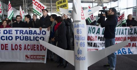 Concentración de los trabajadores del aeropuerto de Málaga contra la privatización de AENA, en la que ha participado el candidato de Izquierda Unida a la Presidencia del Gobierno, Alberto Garzón . EFE/Jorge Zapata