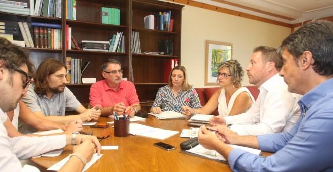El concejal de Vivienda de Zaragoza, Pablo Híjar (segundo por la izquierda), durante una reunión con los responsables de la Consejería de Vertebración del Territorio.