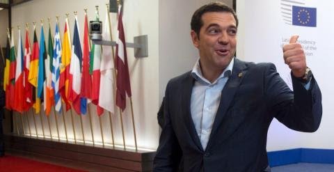 El primer ministro griego, Alexis Tsipras, hace un gesto a los periodistas, al abandonar la sede del Consejo Europeo, en Bruselas, tras la cumbre de la UE. REUTERS/Philippe Wojazer