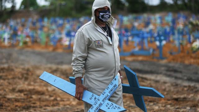 Em 24 h, Brasil registra mais de 2.300 mortes por Covid, maior marca da pandemia