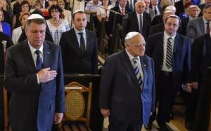 Președintele României cu kipa pe creștet și executând gestul obedienței masonice, interpretat de ignoranți ca fiind un gest patriotic.