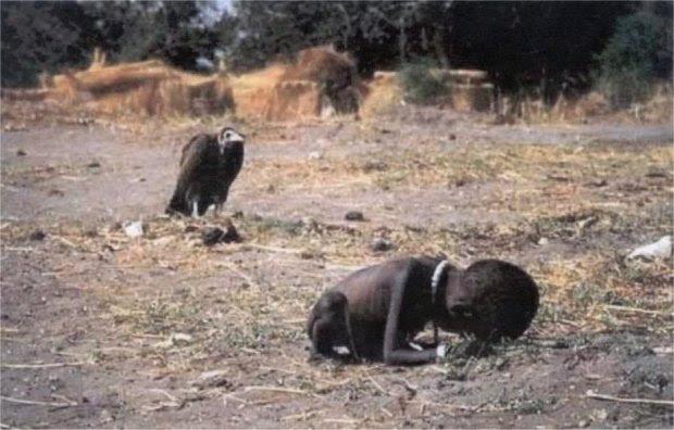 ΣΟΥΔΑΝ-1994: Η συγκλονιστική φωτογραφία του Kevin Carter που πήρε το Βραβείο Πούλιτζερ. Ένα  παιδί σέρνεται  προς τον καταυλισμό τροφίμων των Ηνωμένων Εθνών. Ο Κάρτερ έπαθε κατάθλιψη και αυτοκτόνησε τρεις μήνες μετά τη λήψη αυτής της φωτογραφίας. Η τραγωδία στο Σουδάν έγινε γνωστή σε όλο τον κόσμο.