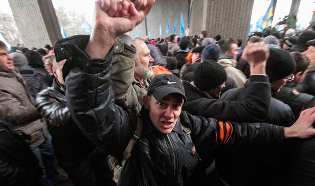Un manifestante de pro-ruso frente al Parlamento de Crimea.