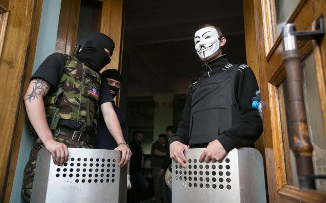 Activistas prorrusos bloquean la entrada a la radiotelevisión de Donestk.