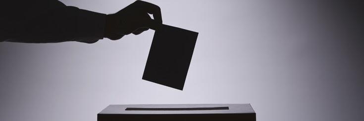 Una persona votando.