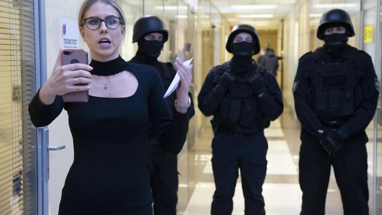 Ảnh tư liệu: Nhà đối lập Nga Lyubov Sobol trước cửa văn phòng Quỹ đấu tranh chống tham nhũng, đang bị cảnh sát bao vây, Matxcơva, ngày 26/12/2019.
