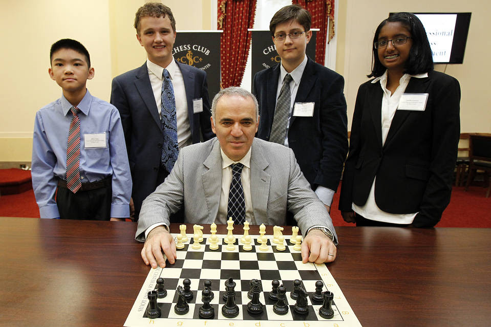 Garry Kasparov with Young Stars-Team USA members in Washington, June 2014.