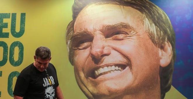 07/10/2018.- El presidente del Partido Social Liberal (PSL), partido del candidato ultraderechista Jair Bolsonaro, Gustavo Bebbiano (c), participa en una rueda de prensa, hoy, domingo 7 de octubre de 2018, en Río de Janeiro (Brasil). La elección de un nue