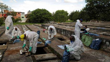 El coronavirus lleva al borde a los cementerios de Sao Paulo: exhuman cuerpos de viejas tumbas mientras los sepultureros trabajan toda la noche