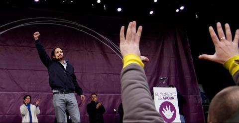 Pablo Iglesias, el líder de Podemos, levanta el punto tras pronunciar su discurso antes decenas de miles de personas en la Puerta del Sol de Madrid .-JAIRO VARGAS