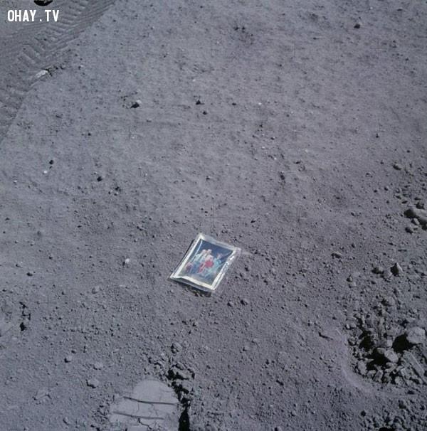 Phi hành gia Apollo 6 Charles Duke đặt bức ảnh gia đình lên mặt trăng năm 1972. ,bức ảnh lịch sử,khoảnh khắc lịch sử