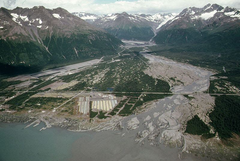 File:Alaska pipeline route near Valdez River.jpg