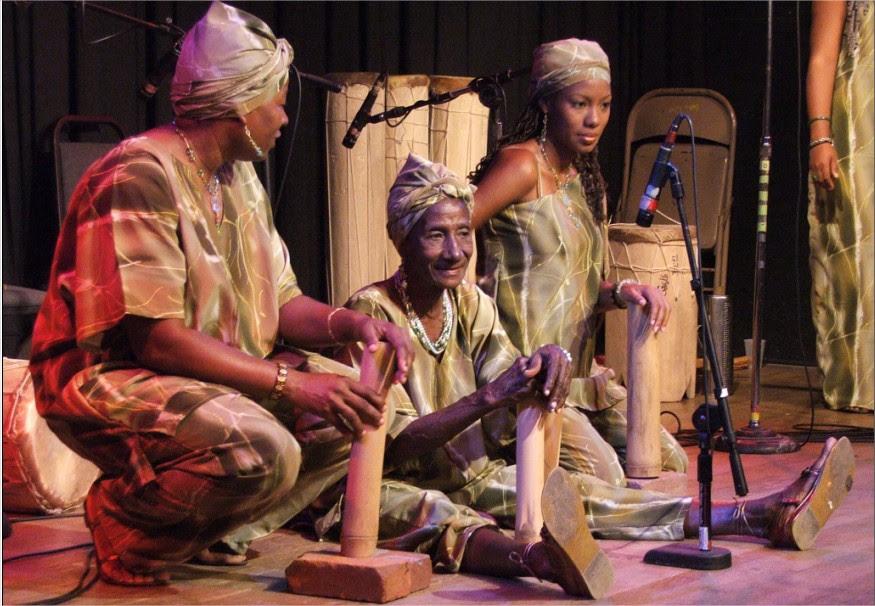 Belén, 'La reina del quitiplá', durante una actuación con el grupo Elegguá en Oakland-San Francisco. ©Carolina Abolio
