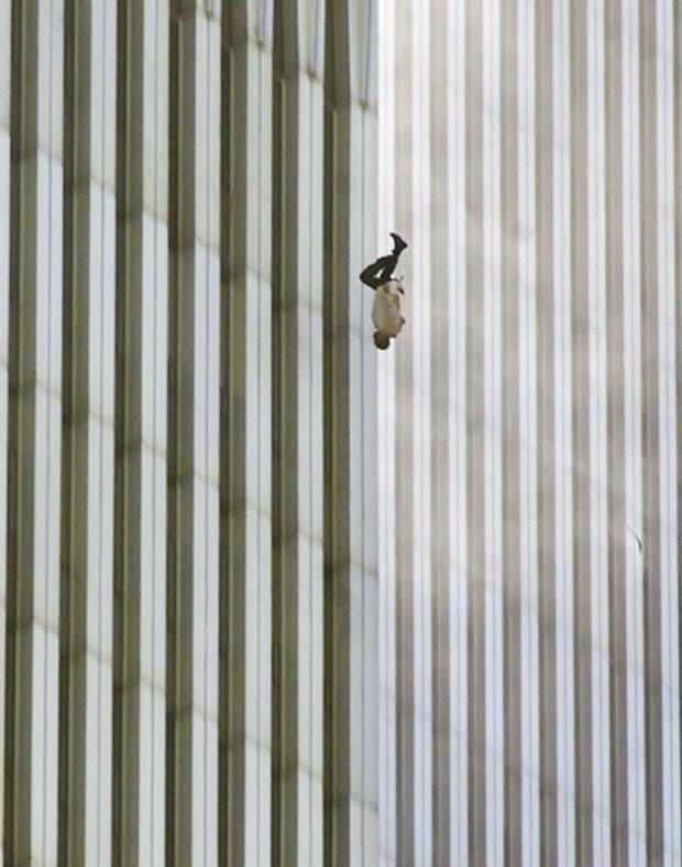 ΝΕΑ ΥΟΡΚΗ -11η Σεπτεμβρίου 2001: Ο Richard Drew πήρε αυτή την φωτογραφία ενός άνδρα που πήδηξε από έναν από τους δίδυμους πύργους μετά το τρομοκρατικό χτύπημα.
