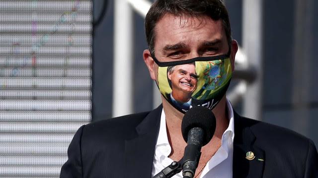 CPI: Flávio tenta fazer defesa de Bolsonaro e contornar fala sobre 'gripezinha'