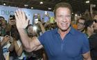 Arnold circula pela feira (Savaget / Divulgação)