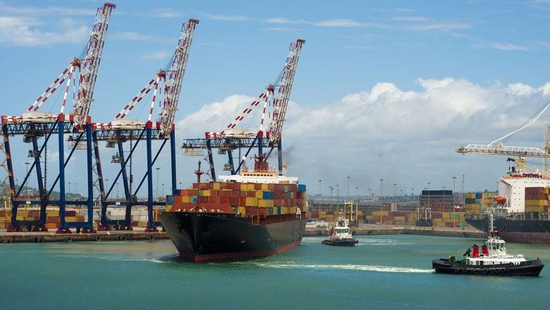 Un buque portacontenedores y un pequeño barco que salen del puerto de Durban, Sudáfrica. Foto: donvictorio / shutterstock