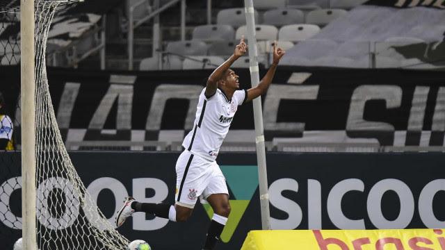 Cauê festeja primeiro gol pelo time do Corinthians com abraço no ídolo Jô