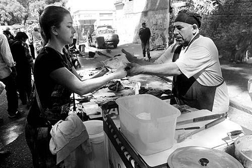 Puesto de venta de tortas fritas en la feria de Tristán Narvaja. / Foto: Sandro Pereyra