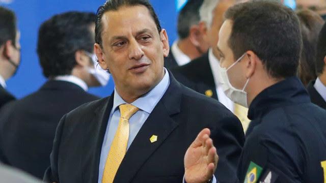 Queiroz era monitorado por advogado de Bolsonaro, indicam mensagens