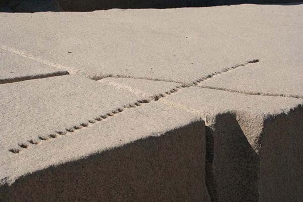 Un obelisco egipcio inacabado en Asuán con agujeros que muestran cómo el granito sería dividido