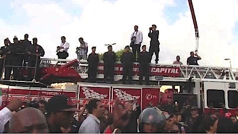 Los bomberos se expresaron con cornetas al pasar la marcha frente a ellos