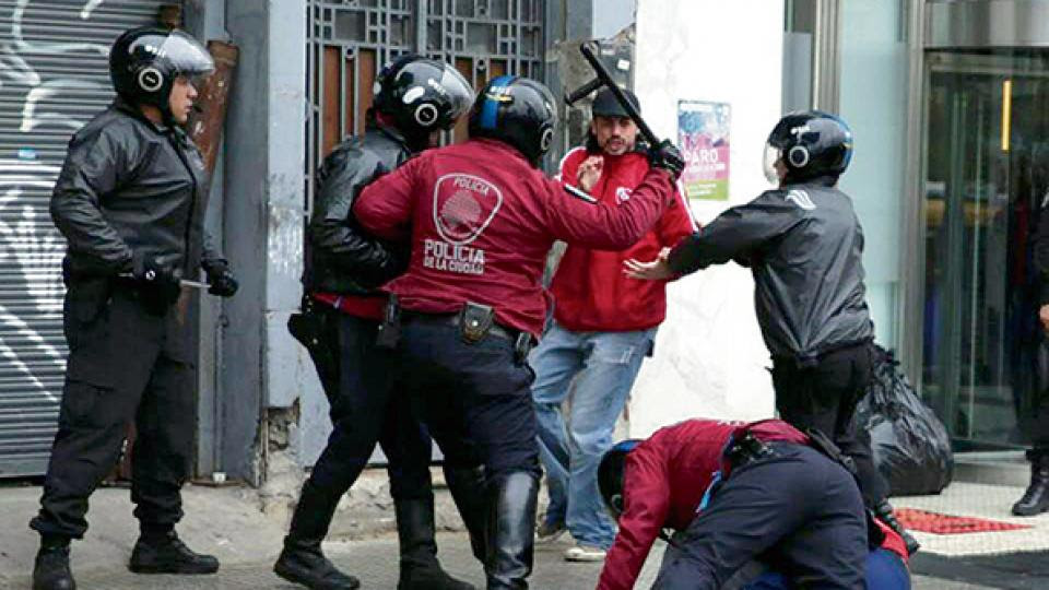 Los militantes de La Poderosa fueron detenidos a diez cuadras del Congreso.