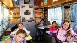 2019.09.03 CAMECOLE01 Niños aprendiendo a leer y a escribir en un aula móvil