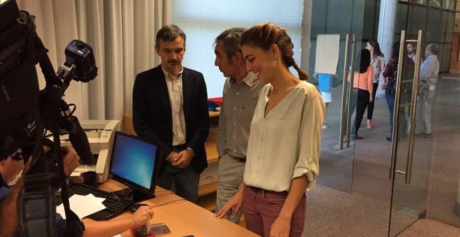 Los diputados madrileños de Podemos Lorena Ruíz-Huerta, Eduardo Gutiérrez y José Manuel López, en el registro de su petición de comparecencia. PODEMOS