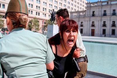 Roxana Miranda llevada a la fuerza. Esto es en Chile, no en Venezuela
