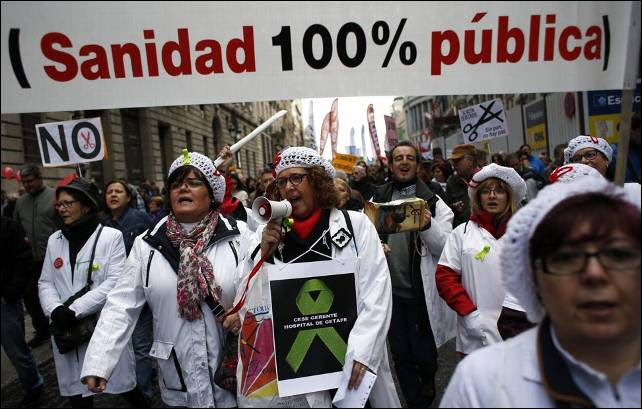 Trabajadores de la sanidad pública madrileña salen a la calle para celebrar su victoria contra el proyecto de privatización de hospitales.