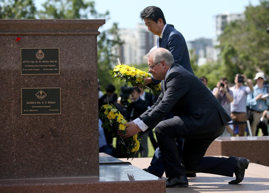 週五,日本首相安倍晉三和澳大利亞總理斯科特·莫里森在澳大利亞達爾文市的戰爭紀念碑前獻了花圈。這座城市曾是第二次世界大戰中日本的空襲目標。