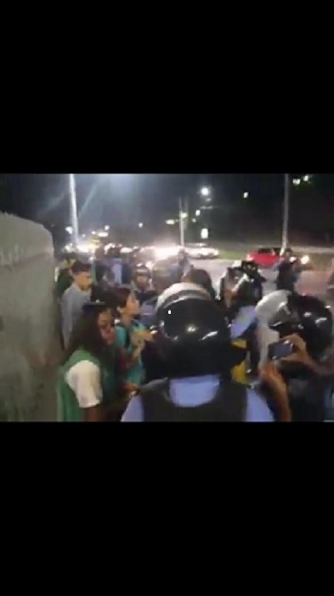 En un video grabado de la acción policial se puede observar cómo acosan a los defensores de derechos humanos