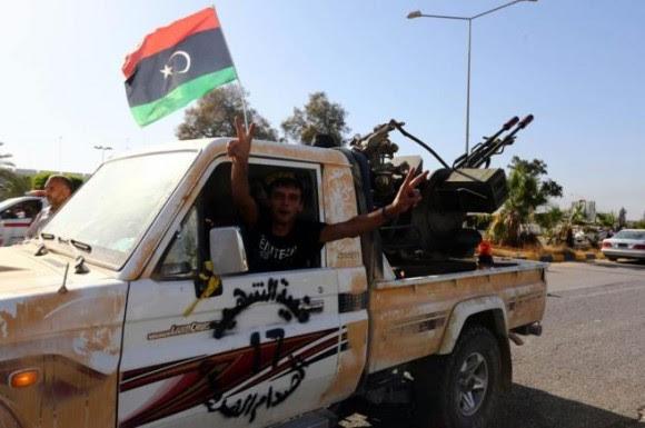 Un miembro islamista de la milicia de Fajr Libia (El Alba de Libia), en el aeropuerto de Trípoli. Foto: AFP